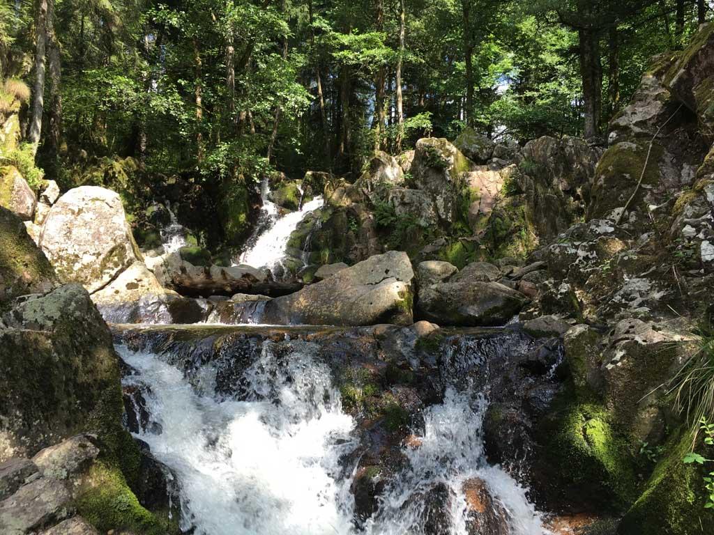 We klimmen dichtbij de waterval