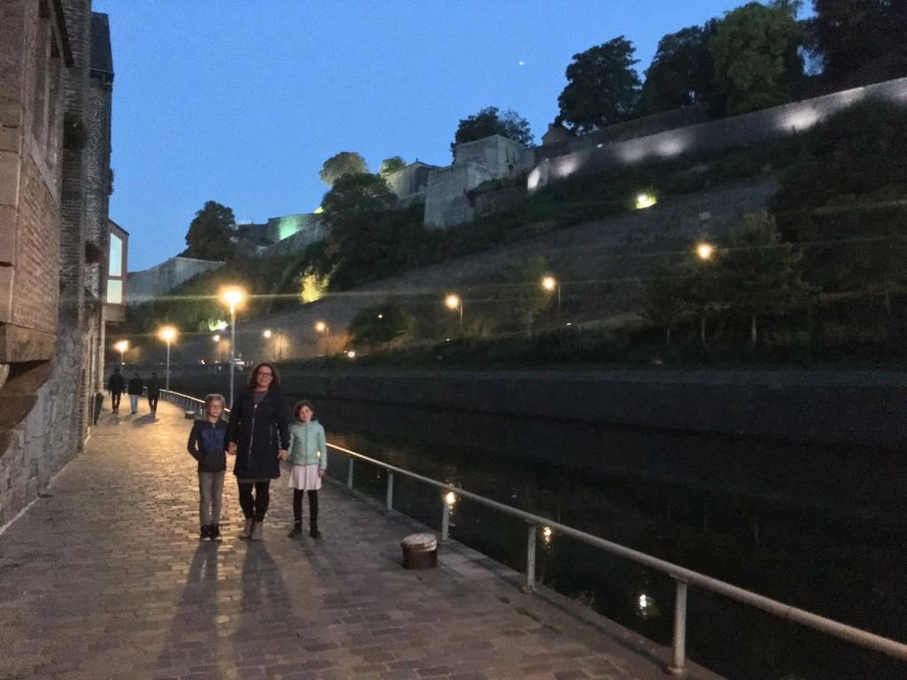 Wandelen langs de Sambre met op de achtergrond de citadel van Namen