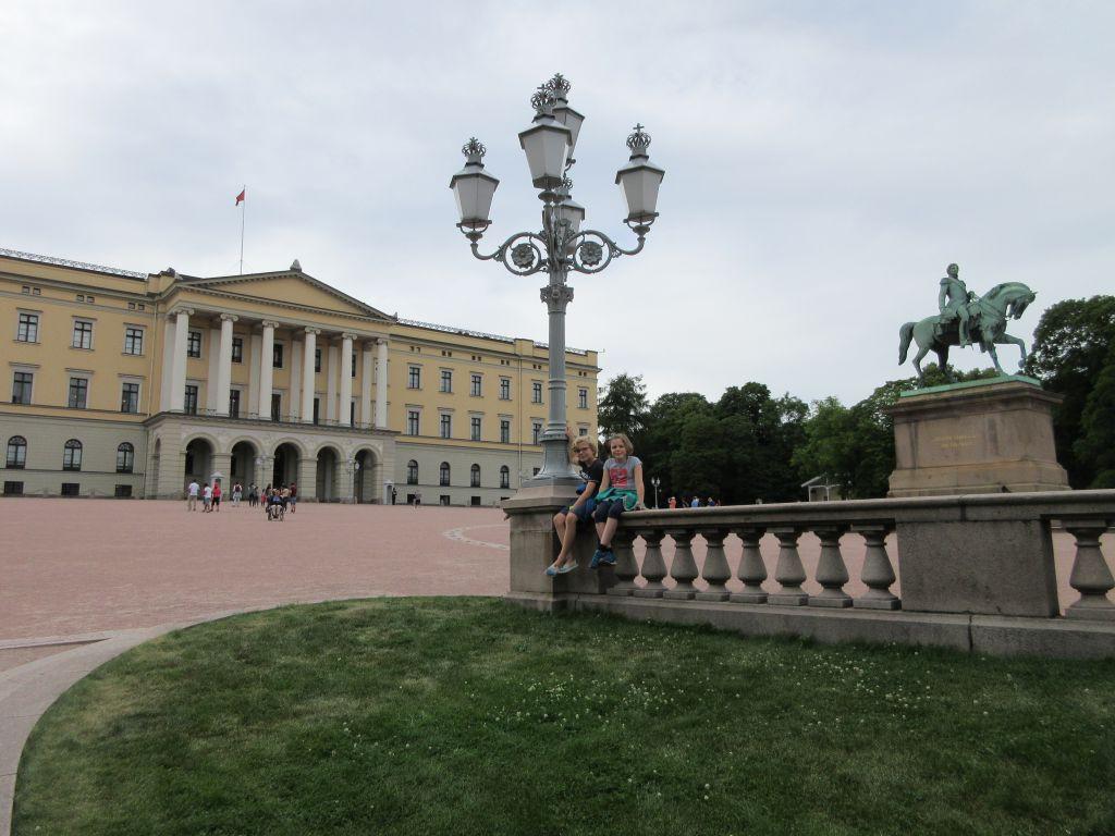 Het Koninklijk Paleis mag je niet overslaan tijdens je citytrip Oslo