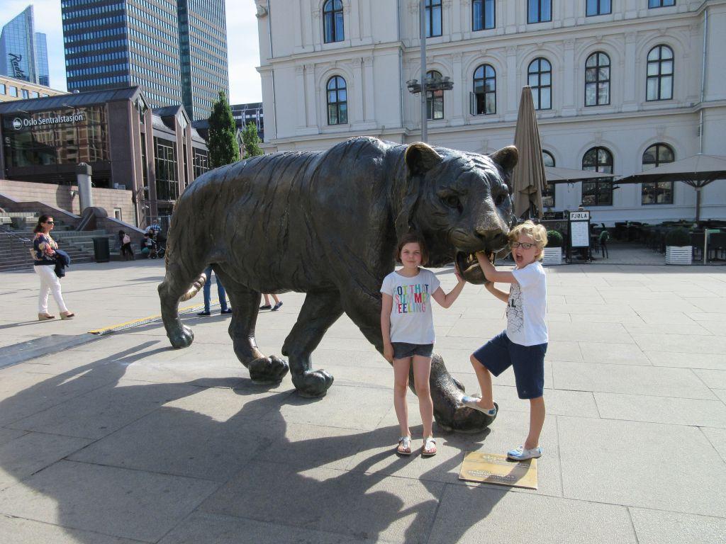 Klimmen bij het symbool van de stad Oslo: De tijger