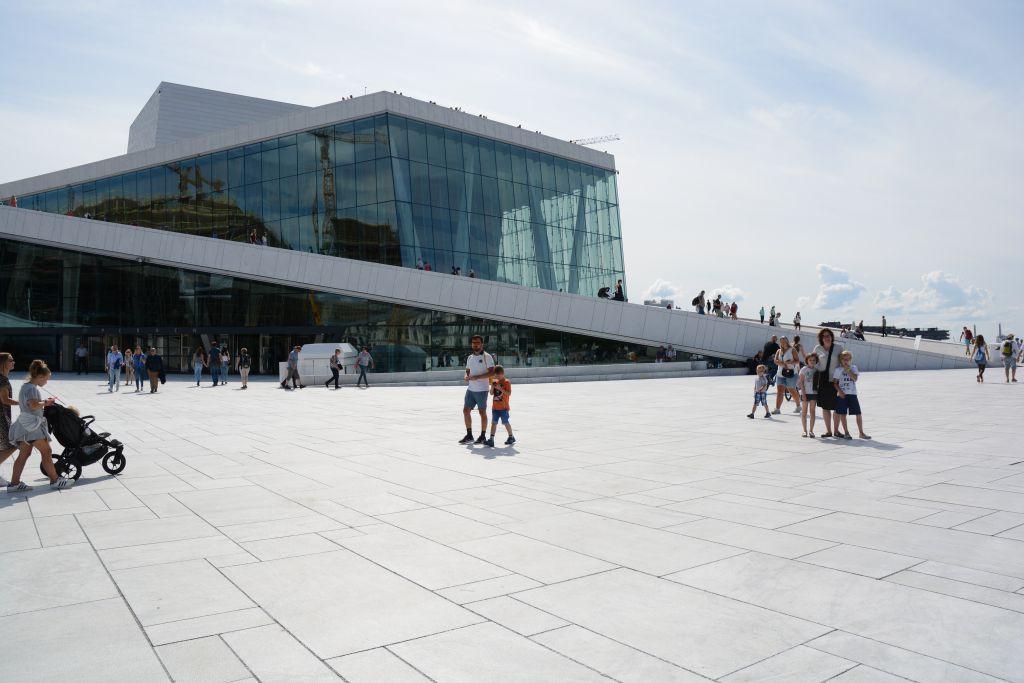 Het witte operagebouw van Oslo vraagt erom beklommen te worden