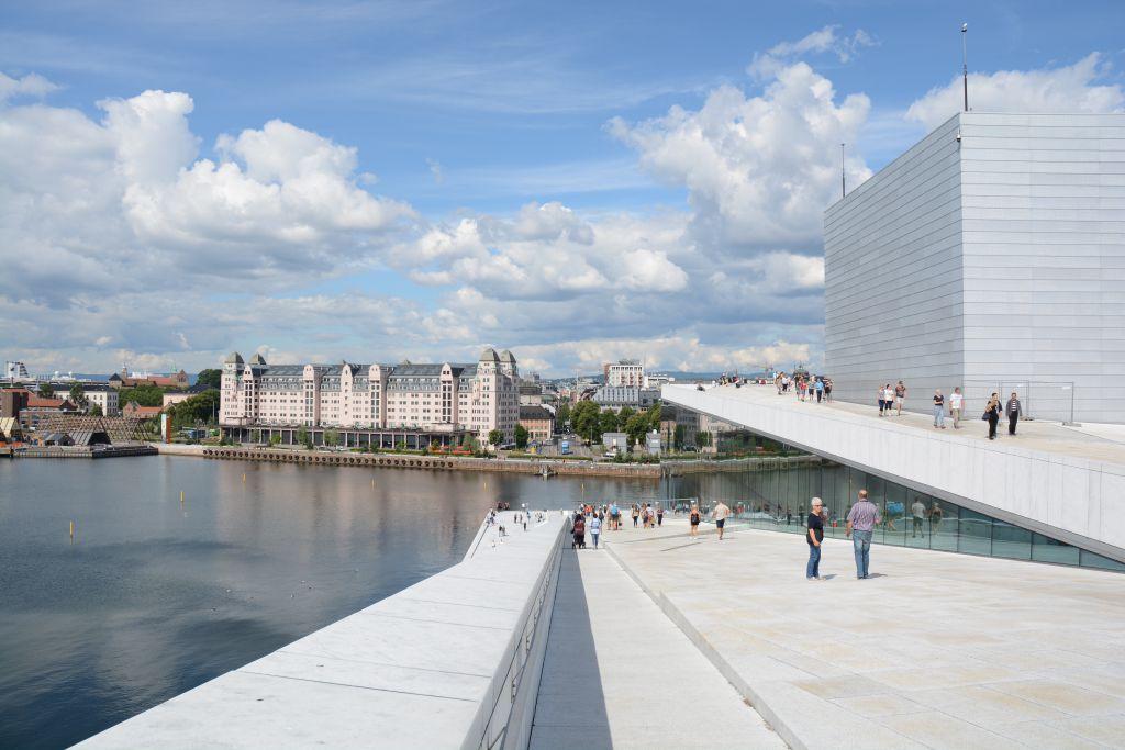 Vanaf het dak van de Opera heb je prachtig uitzicht op een deel van de haven