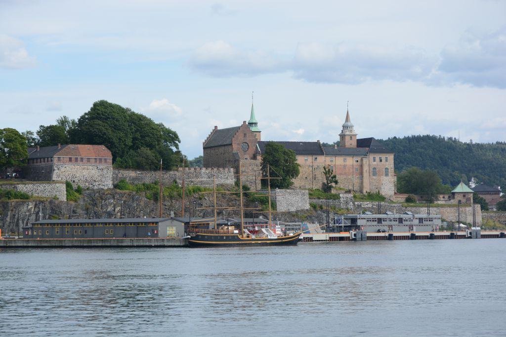 Vanaf het water kun je de vesting en het kasteel goed zien liggen