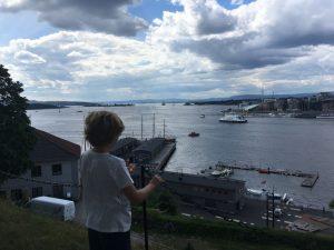 Vanaf de vesting kijk je naar het strandje op het puntje van de Aker Brygge