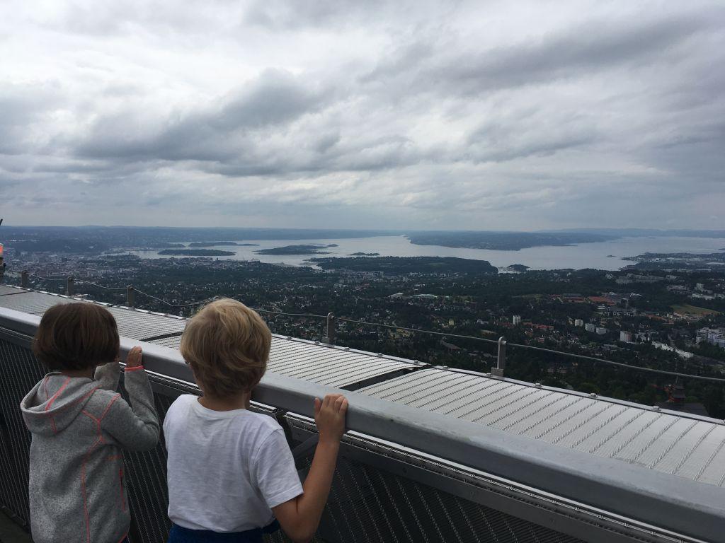 Vanaf de Holmenkollen skischans genieten we van het uitzicht op de stad Oslo en het fjord