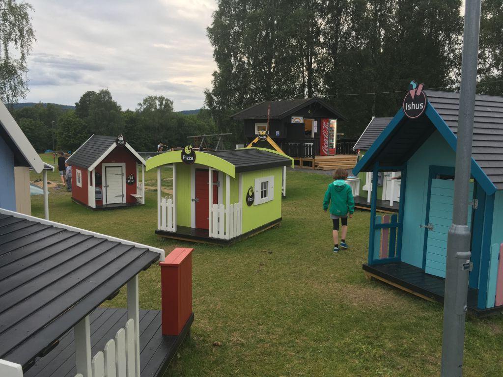 De speeltuin van Camping Bogstad in Oslo bestaat voor een deel uit kleine speelhuisjes