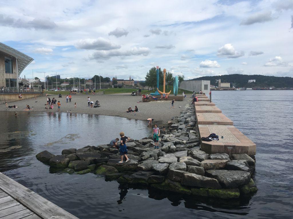 Op het uiterste puntje van de Aker Brygge vind je een strandje waar kinderen heerlijk kunnen spelen