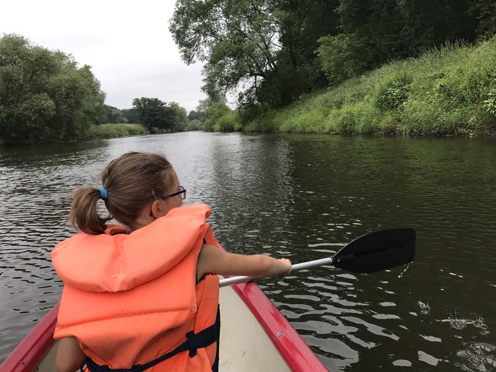 kanoen over de Ems, de omgeving is prachtig groen