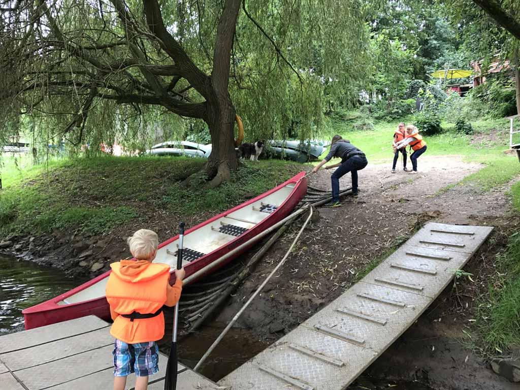 kanoen over de ems, kano uit het water
