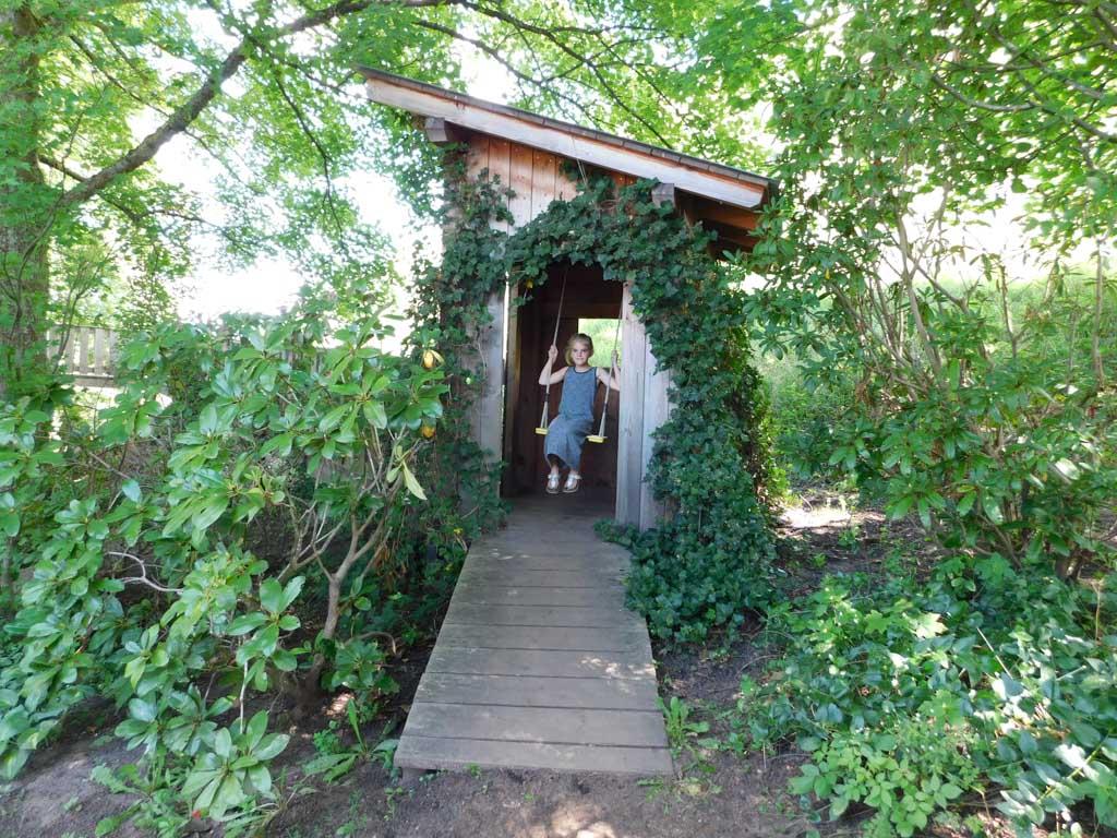 Schommelen in leuke houten huisjes