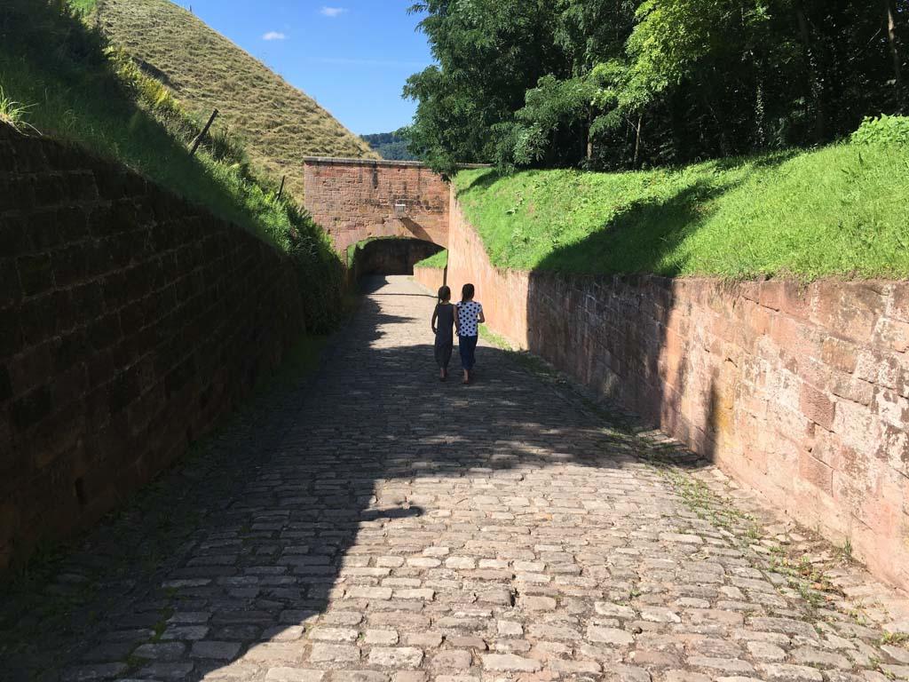 We lopen om de citadel heen