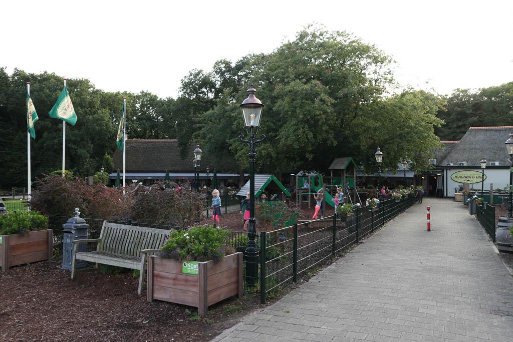Johanna's Hof met links de speeltuin en daarachter de dierenweide.