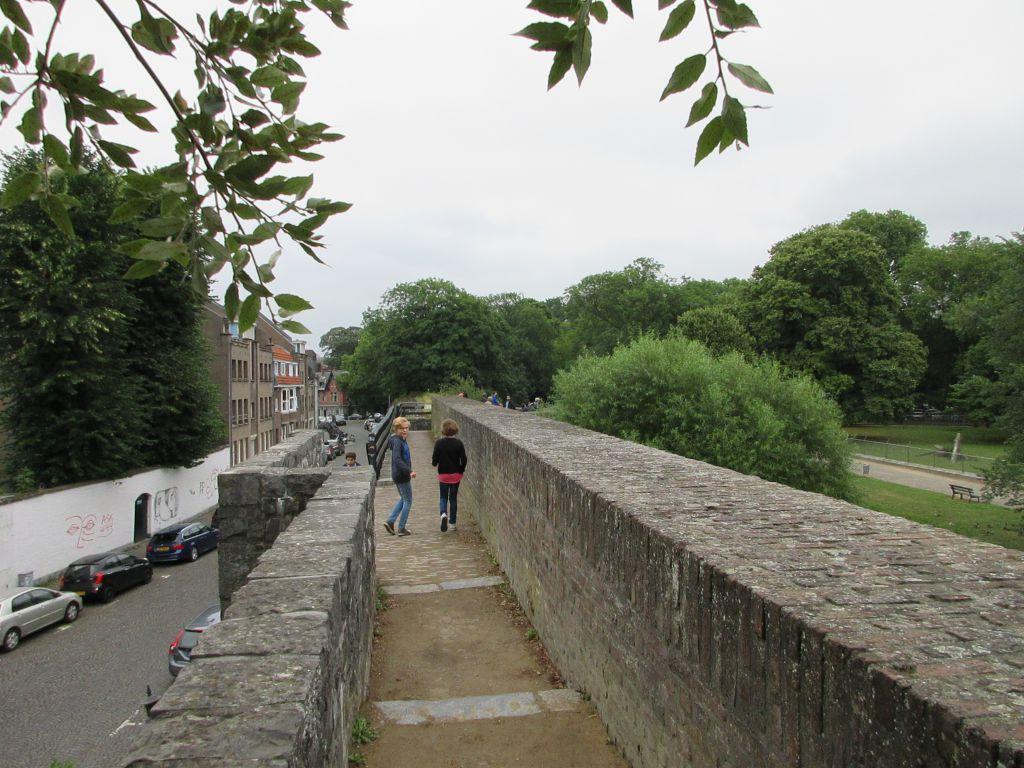 Wandelen over de oude stadsmuren van Maastricht