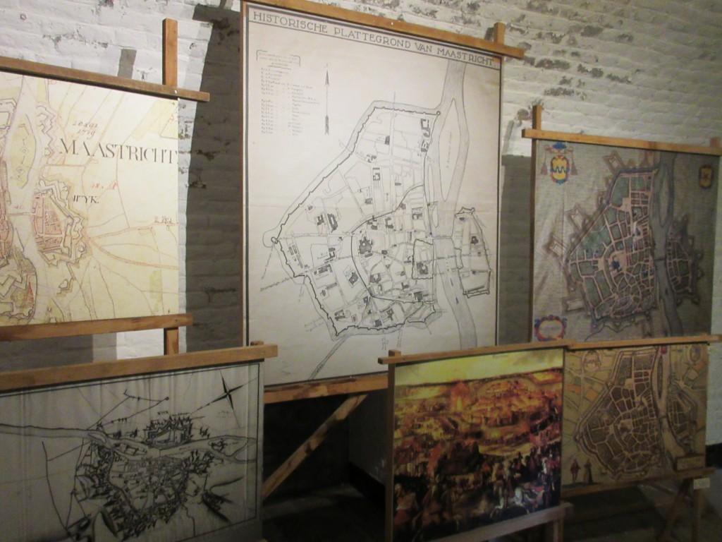 Op oude kaarten wordt duidelijk hoe de vestingwerken in Maastricht steeds groter zijn gegroeid