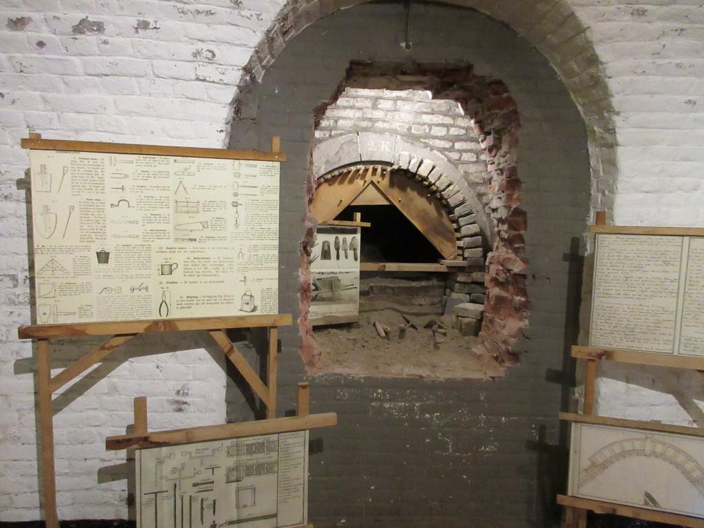 Hier kun je zien hoe de gangen werden verstevigd met bakstenen