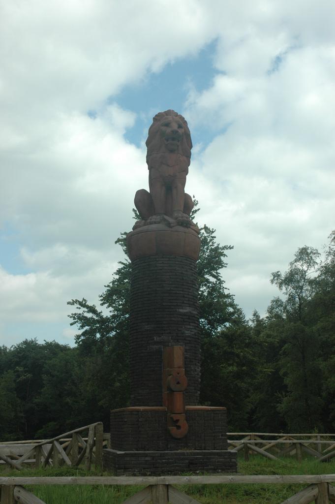 De wandeling start bij het standbeeld van de leeuw.