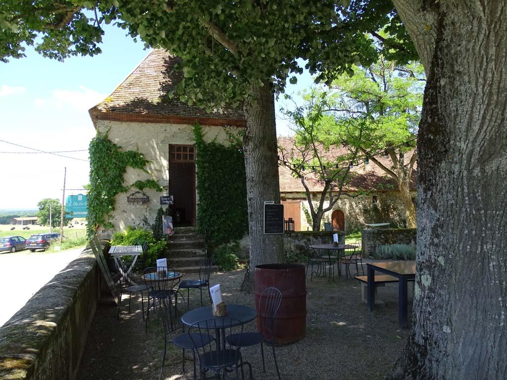 Bij Le Mas den Haut zelf is het ook heerlijk vertoeven, onder het schaduwrijk terras.