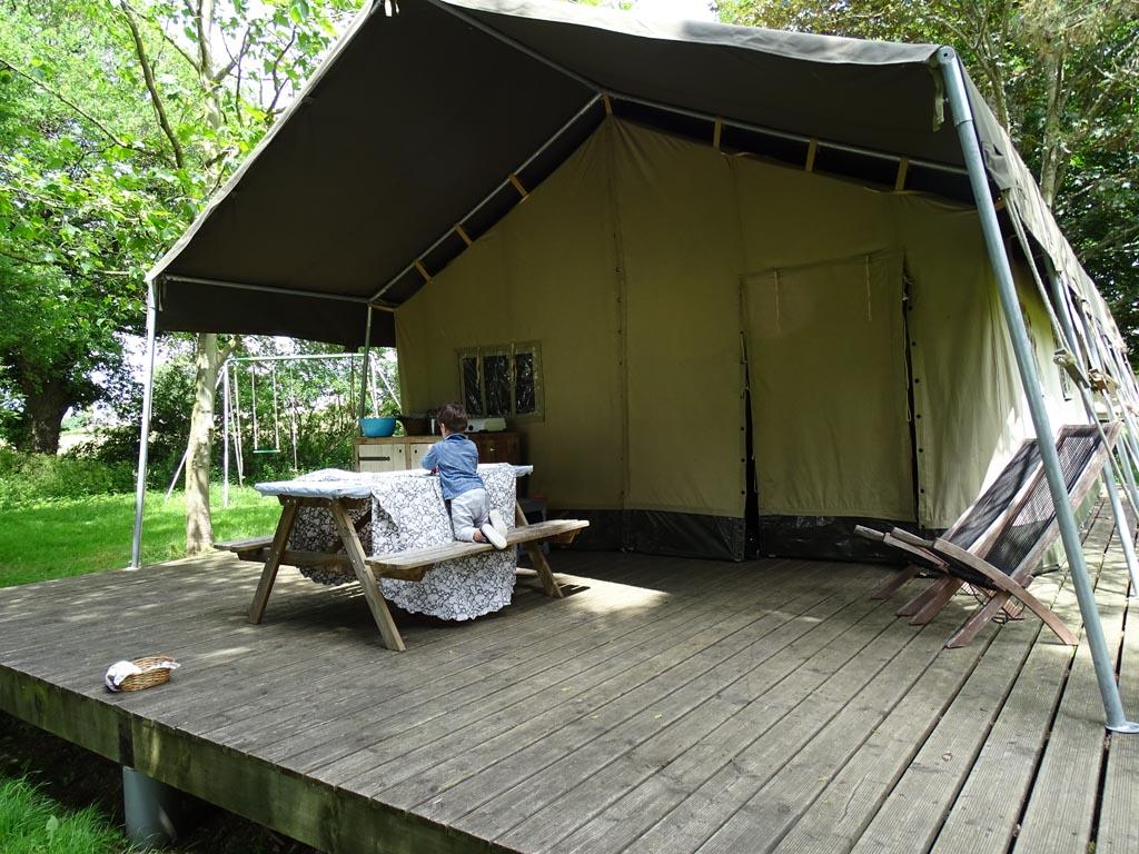 Onze tent met picknicktafel en buitenkeuken.