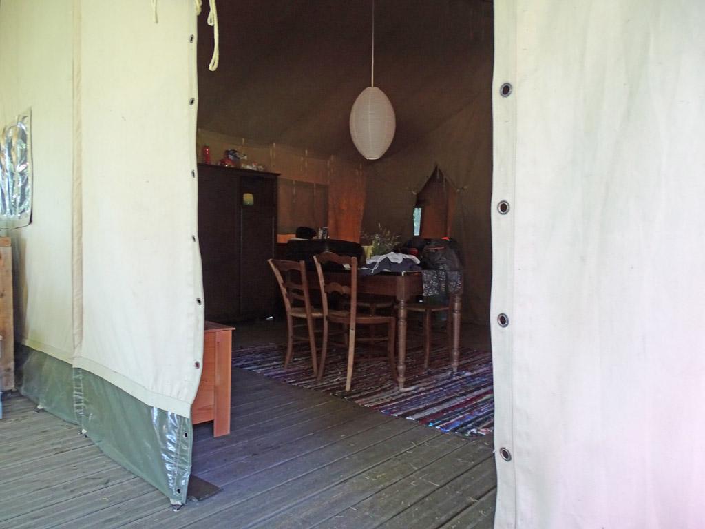 Binnen is een mooie 'woonkamer' en zijn er twee slaapkamers met heerlijke bedden.
