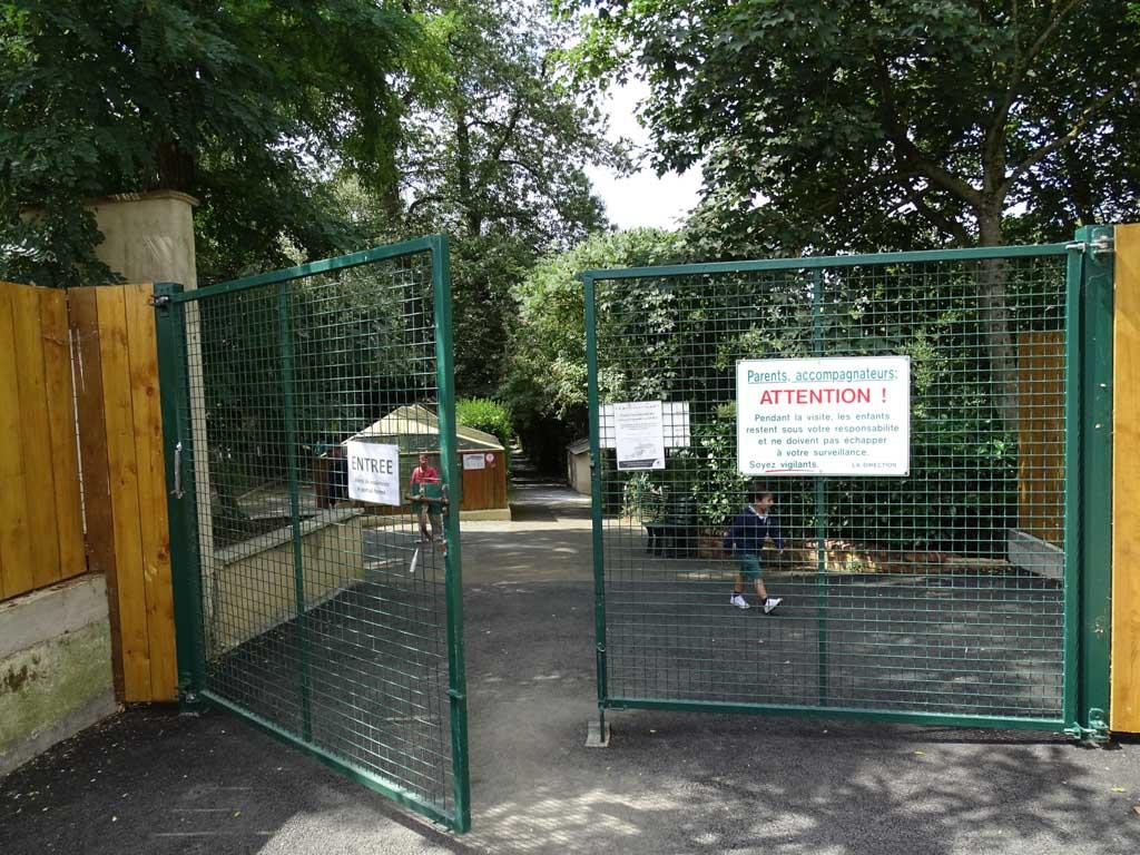 Door het hek en daarachter start onze ontdekking van Refuce de L' Arche.