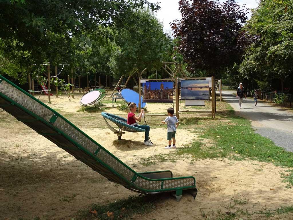 Bij Refuche de L' Arche is ook een grote speeltuin, met een deel voor de kleinere kinderen en een deel voor de grotere kinderen.