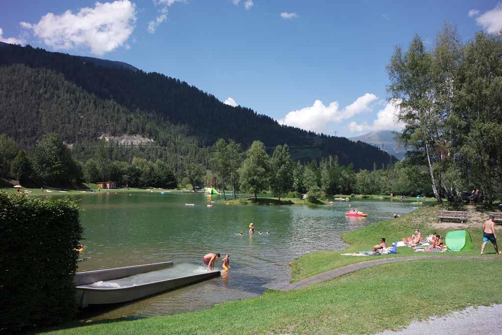 Badesee Ried is een mooi groot bergmeer