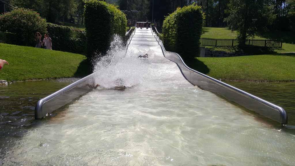 De grote waterglijbaan valt enorm in de smaak bij de kinderen.