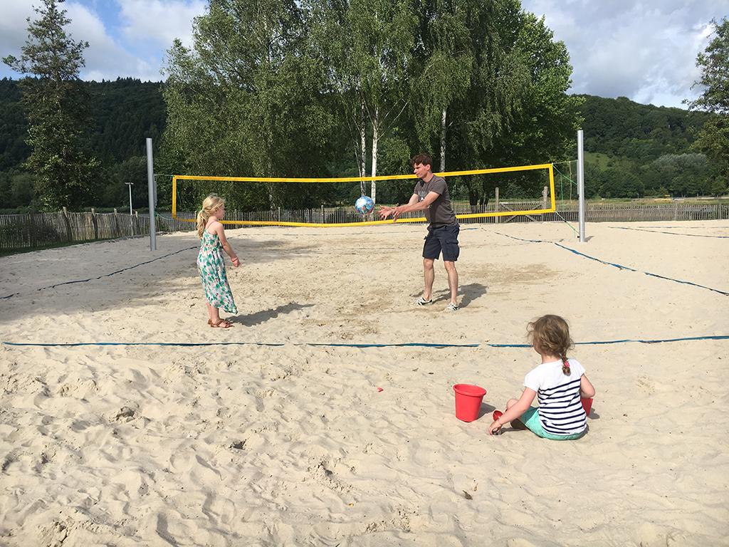 Op het strand volleyballen