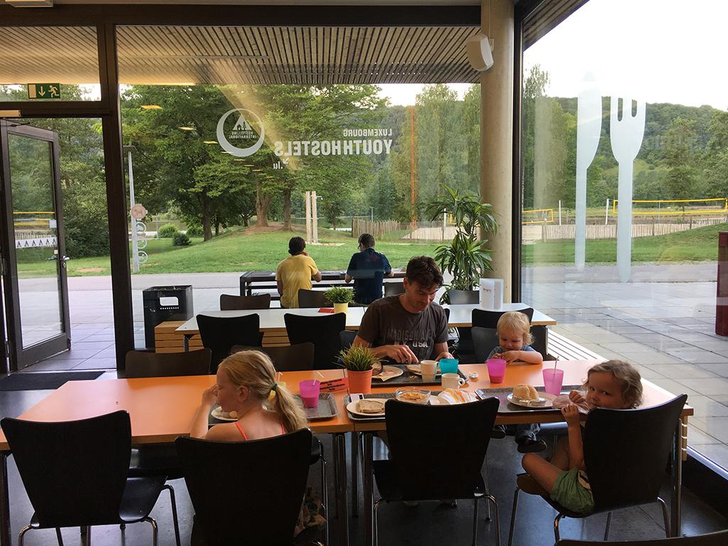 Vanaf de ontbijtzaal in Youthhostel Echternach heb je een mooi uitzicht