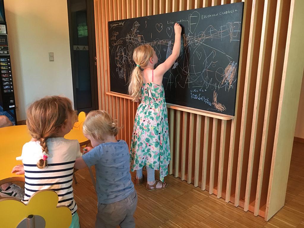 In het bibliotheekje is een schoolbord