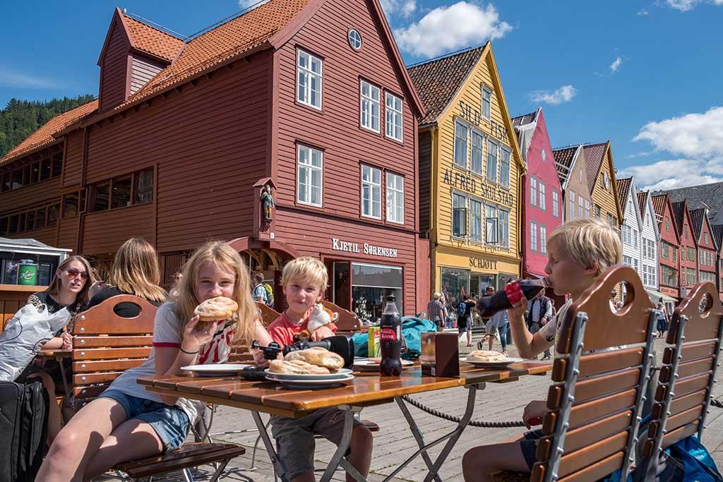 We eten een hapje op een terras in Bryggen