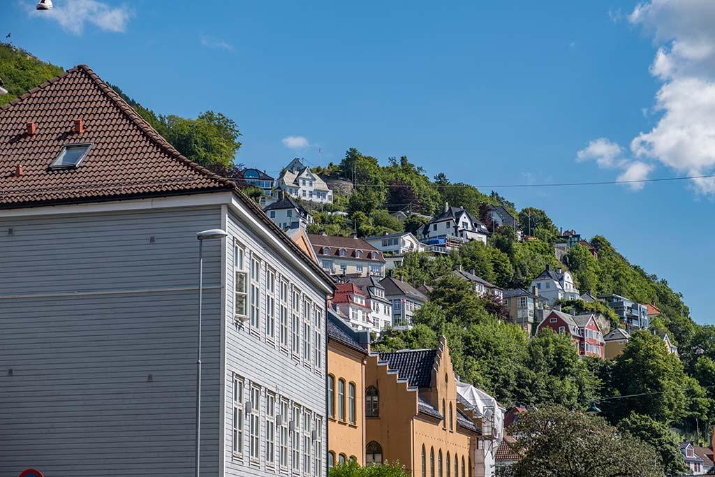 De straatjes van Bryggen verkennen op weg naar het bergtreintje