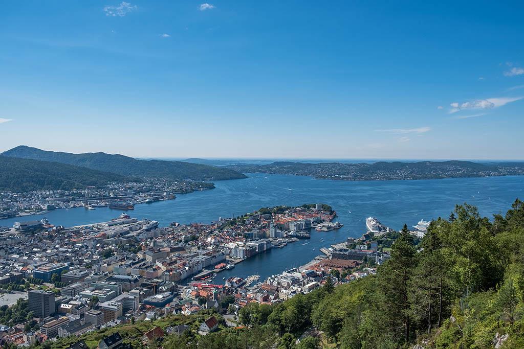 Prachtig uitzicht over heel Bergen op de top van de Fløi-berg