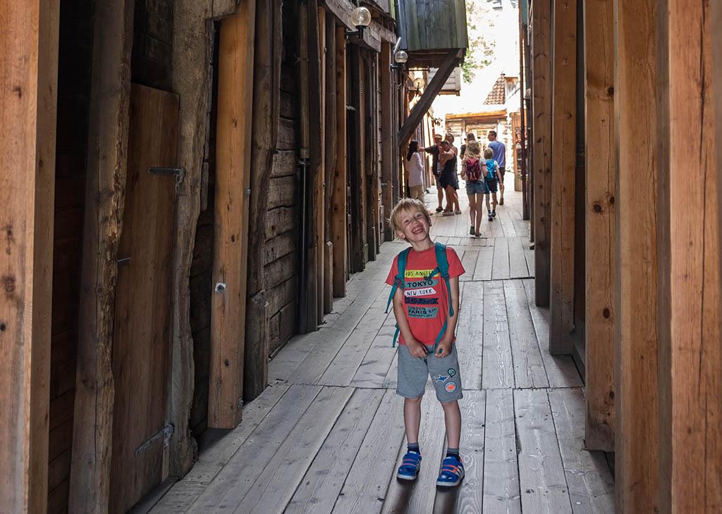Lopen over houten planken tijdens onze stedentrip Bergen met kinderen