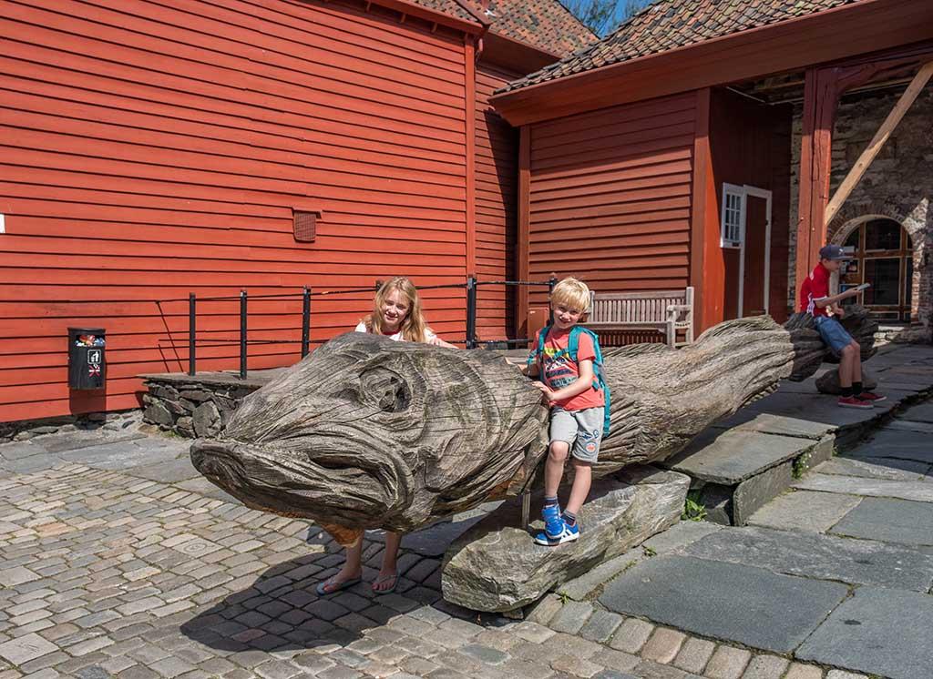 We zien allerlei houten beelden van dieren