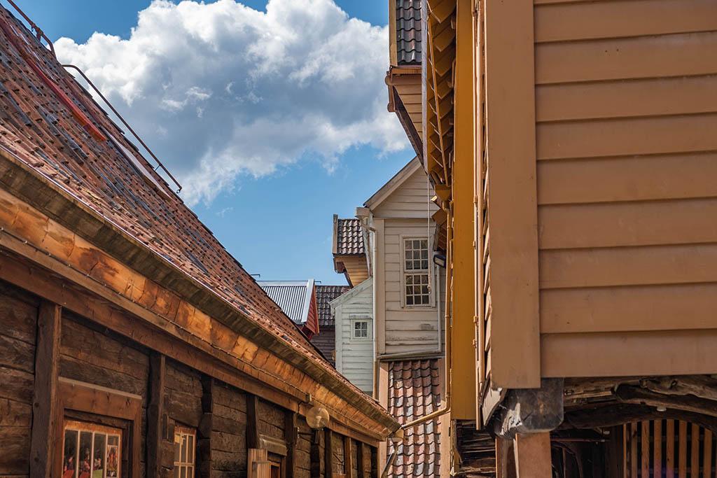 Mooie houten gevels en uitbouwtjes in Bryggen
