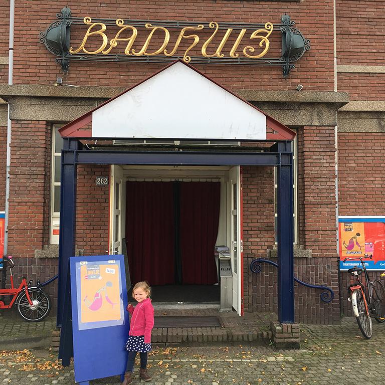 Bij de ingang van het oude Badhuistheater
