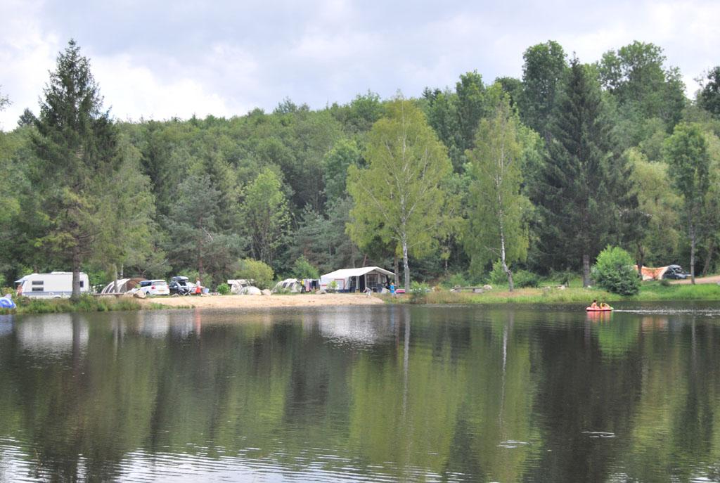 Kampeerplekken aan de strandzijde van het meer. Tent uit en spelen maar.