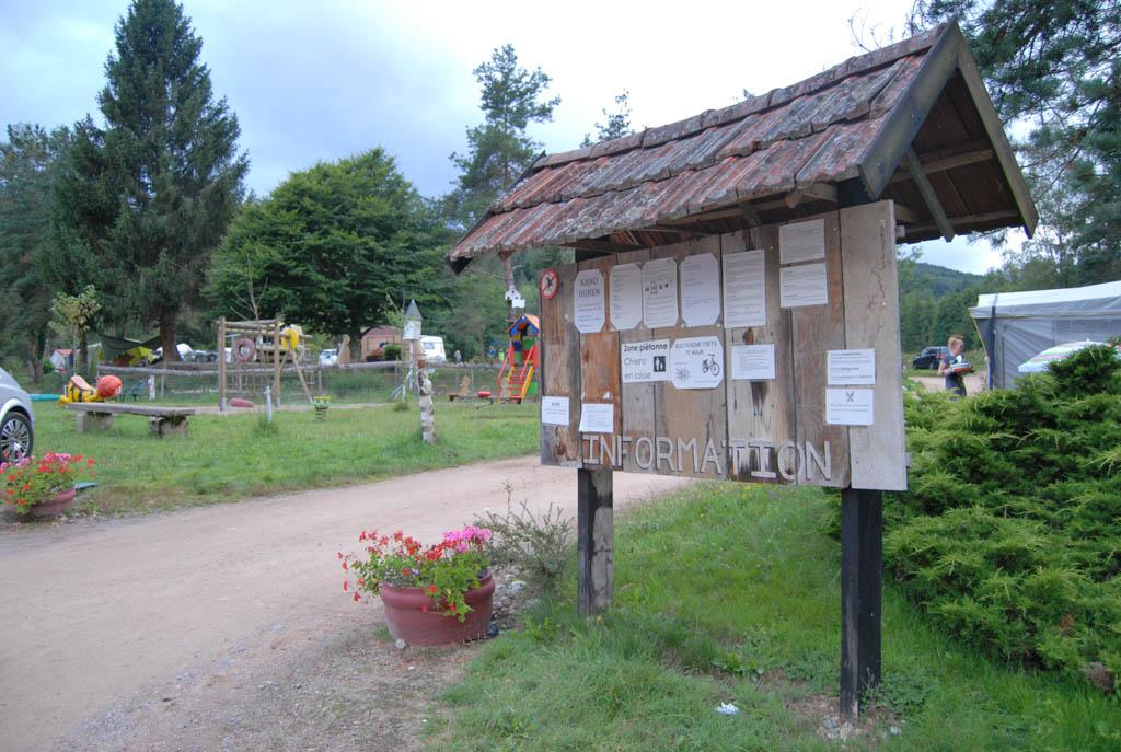 We komen aan op camping Le Paradou aan de rand van de Auvergne. Wat opvalt: de natuur.