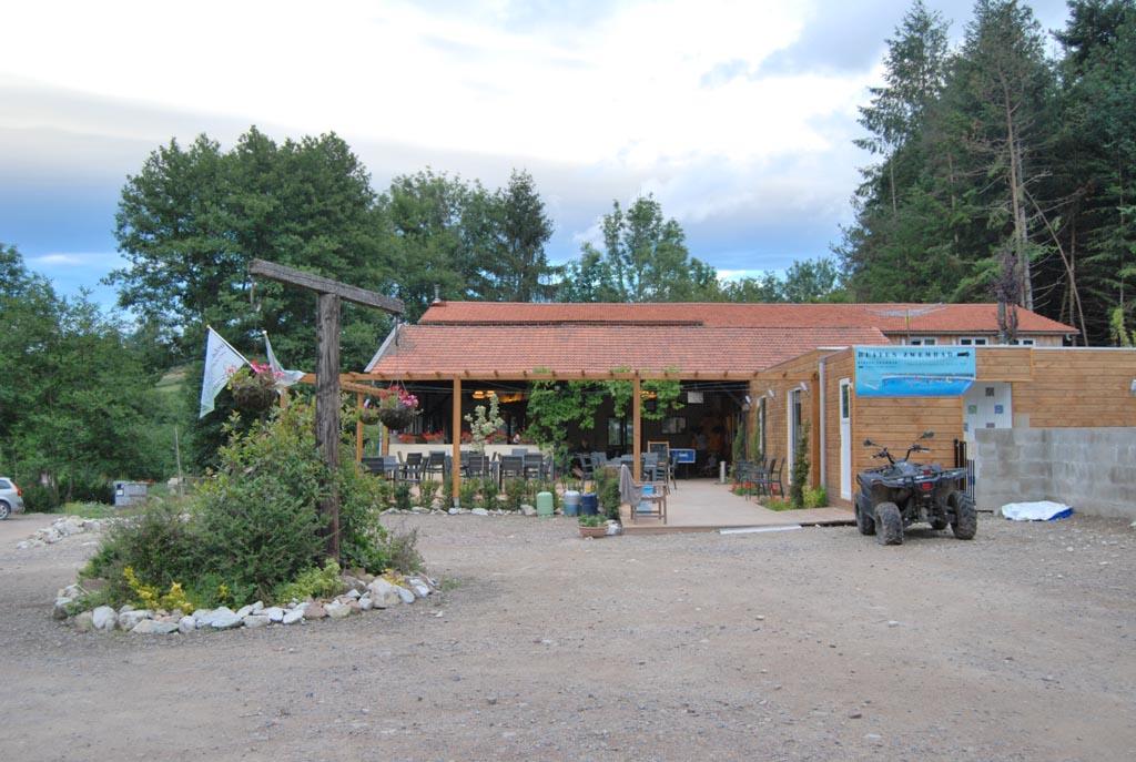 De receptie en het restaurant van camping Le Paradou. Daar kun je 's avonds terecht voor een hapje eten.