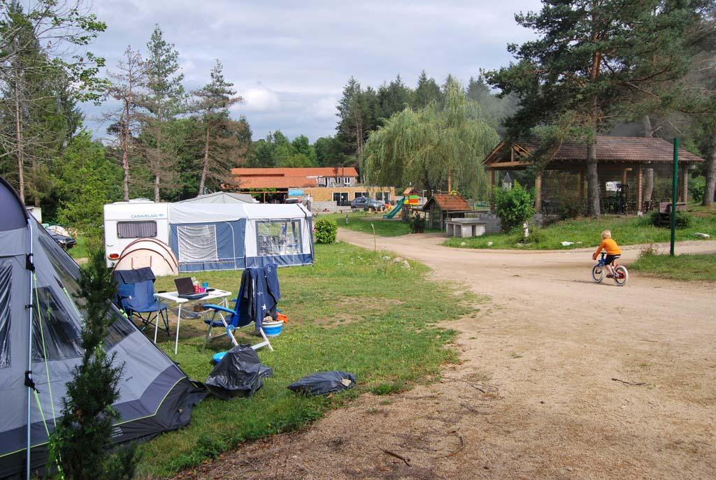 Uitzicht vanaf onze tent. Wij kiezen voor een plek bij de speeltuin in de buurt. Handig met de jongens.