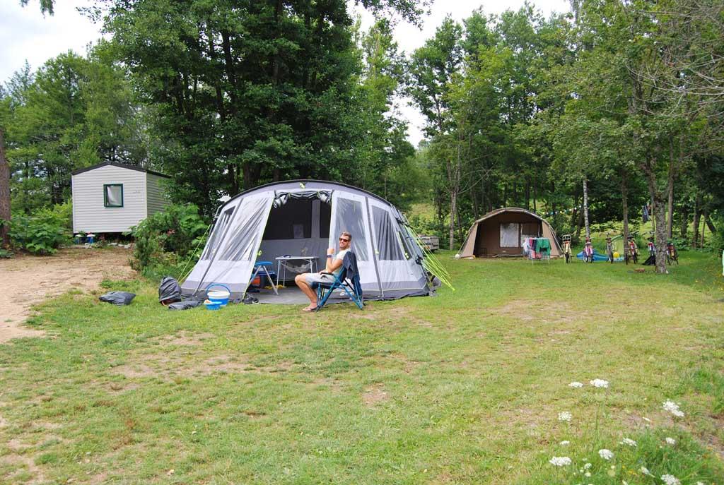 De grote baas voor de tent. De plekken zijn ruim en vrij opgezet. Standaard haagjes vind je bij camping Le Paradou niet!