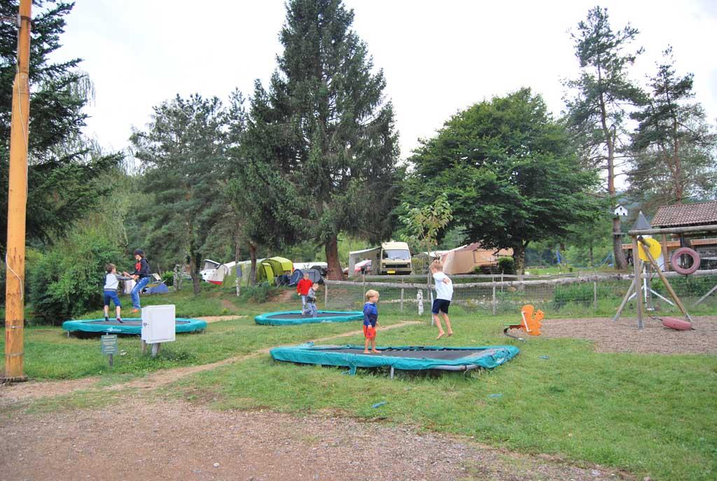 De jongens en de andere kinderen vermaken zich prima in de speeltuin, op de strandjes en in de bossen van camping Le Paradou.