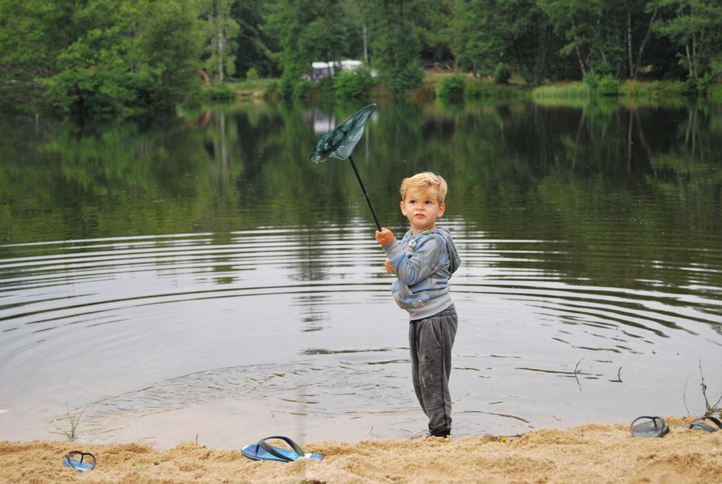 Mats vindt het heerlijk. Hij kan de hele dag wel lekker spelen met water en zand op een van de strandjes van Camping Le Paradou.