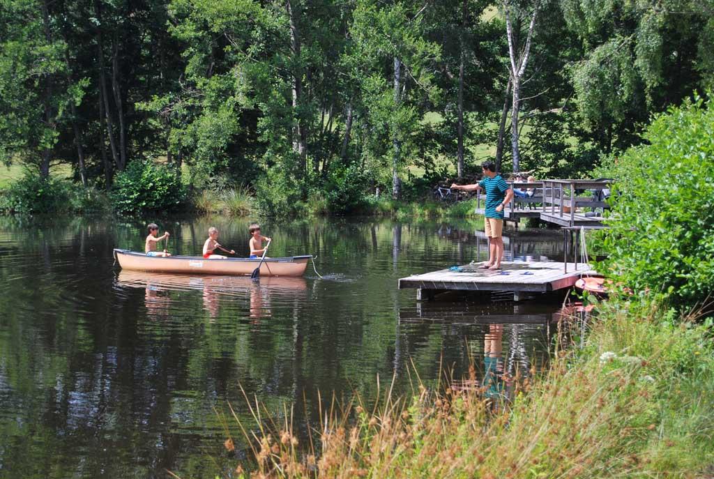 Deze jongens pakken de kano en varen naar de overkant van het meer.