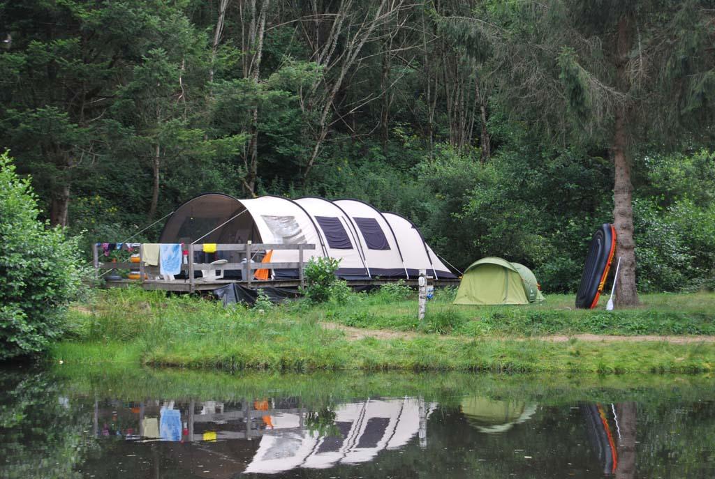 Deze huurtent van camping Le Paradou heeft mooi zicht op een meertje en de speeltuin.