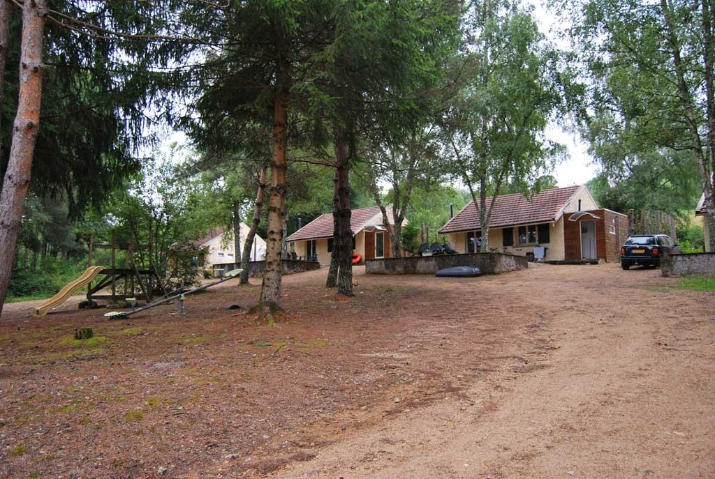 De vakantiehuisjes van camping Le Paradou boven op de berg zijn geschikt voor 4 of 6 personen.