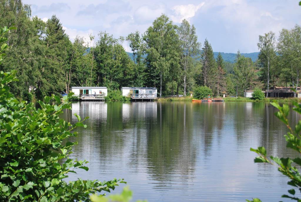 De stacaravan biedt een fantastische blik op het grootste meer van camping le Paradou.