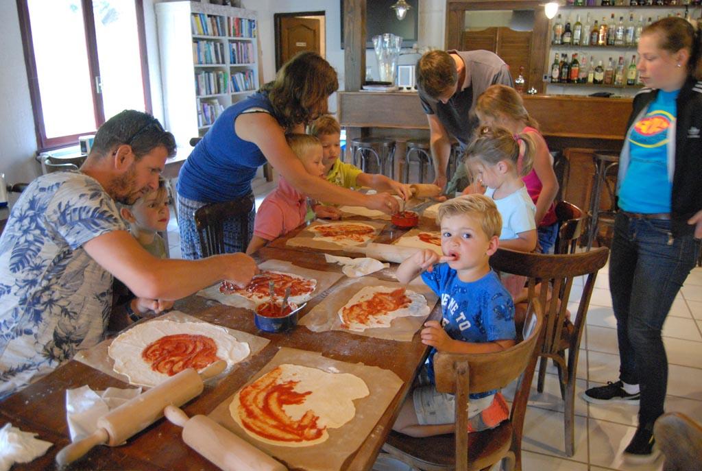 Pizza-middag bij camping Le Paradou. Dat gaat er wel in bij Jilles en Mats.