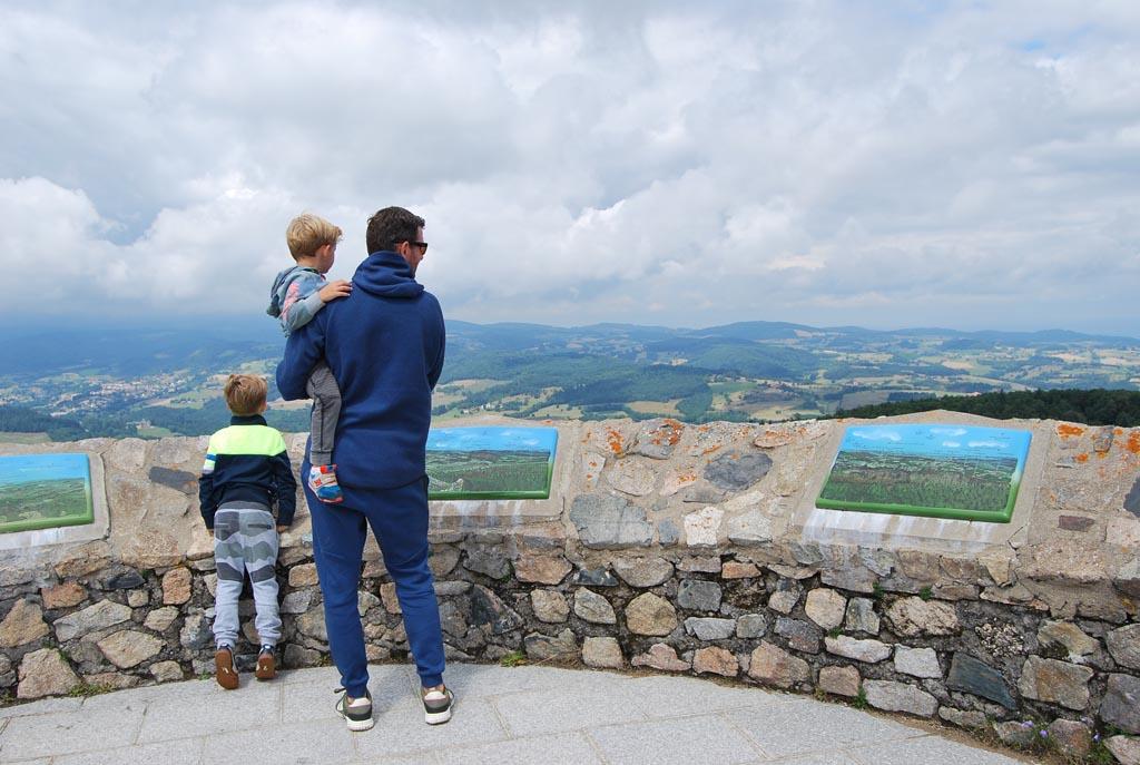 Het 360 graden uitzicht op de ruine van het kasteel bij Champoly is fantastisch.